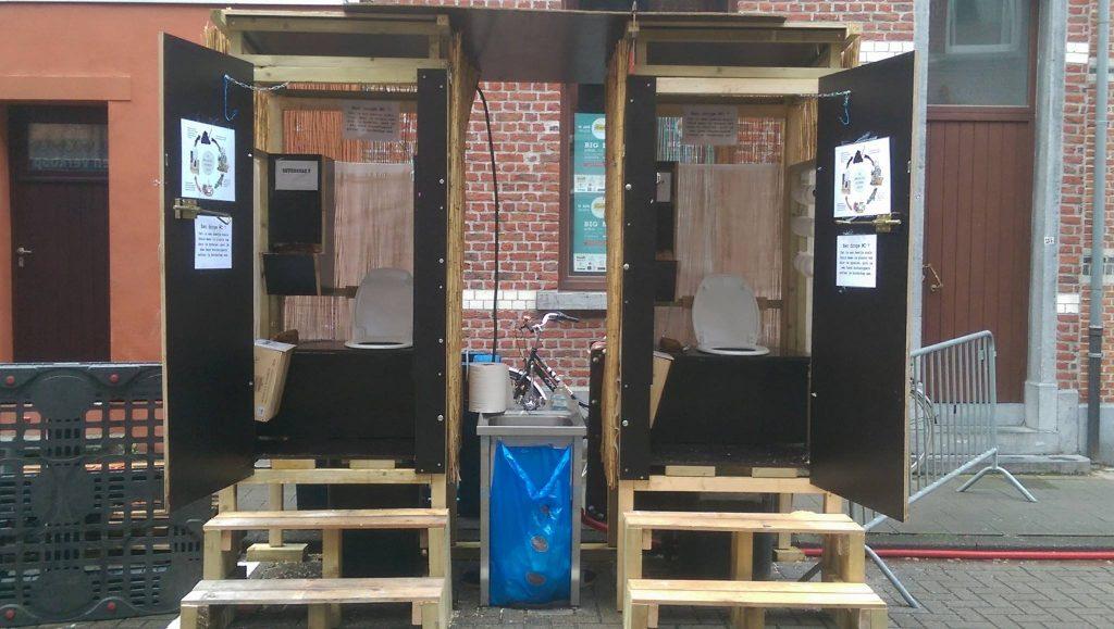 droge toiletten met houtzaagsel